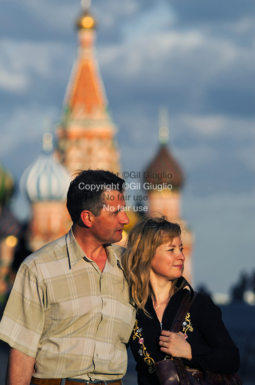 Russie, Moscou, Kremlin, couple amoureux devant cathédrale Basile le Bienheureux appelée aussi cathédrale Pokrovsky sur Place Rouge // Moscow, Kremlin quarter, lovers couple and the cathedral of St Basil the Blessed also called Pokrovsky cathedral view from Manejnaya place