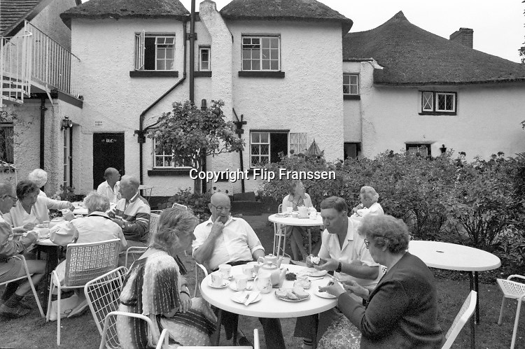 Engeland, England, 15-8-1990Straatbeeld. Reisreportage door het zuiden van Engeland. Oxford met oud, traditioneel college, school,highschool . High tea op een zonnige middag . Hightea . thee drinken met room en een broodje .Foto: Flip Franssen