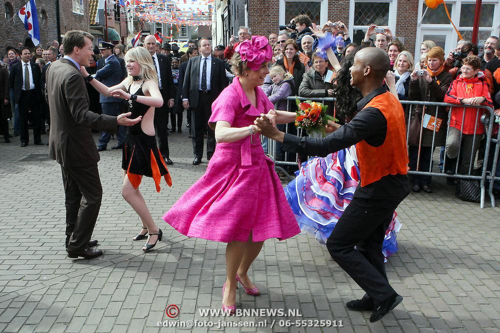 NLD/Makkum/20080430 - Koninginnedag 2008 Makkum, Laurentien en Constantijn dansend op straat
