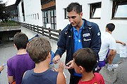 DESCRIZIONE : Folgaria Allenamento Raduno Collegiale Nazionale Italia Maschile <br /> GIOCATORE : Pietro Aradori<br /> CATEGORIA : autografi<br /> SQUADRA : Nazionale Italia <br /> EVENTO :  Allenamento Raduno Folgaria<br /> GARA : Allenamento<br /> DATA : 20/07/2012 <br /> SPORT : Pallacanestro<br /> AUTORE : Agenzia Ciamillo-Castoria/GiulioCiamillo<br /> Galleria : FIP Nazionali 2012<br /> Fotonotizia : Folgaria Allenamento Raduno Collegiale Nazionale Italia Maschile <br />  Predefinita :