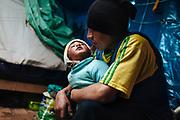 Padre e hija en el interior de su casa en Rinconada.<br /> <br /> A father and his young girl inside his home in Rinconada.
