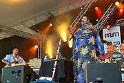 Nederland, Nijmegen, 24-5-2015MusicMeeting. Fesivalterrein in park Brakkenstein. Tradidioneel met pinksteren. Het mooie weer zorgde voor veel bezoekers en een goede sfeer. Optredens van acts, bands, artiesten uit de wereld muziek, worldmusic, zoals hier Noura Mint Seymali uit Mauretanie.Foto: Flip Franssen/Hollandse Hoogte