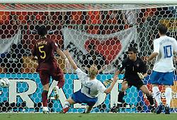 25-06-2006 VOETBAL: FIFA WORLD CUP: NEDERLAND - PORTUGAL: NURNBERG<br /> Oranje verliest in een beladen duel met 1-0 van Portugal en is uitgeschakeld / Dirk Kuyt dicht bij de gelijkmaker maar mist<br /> ©2006-WWW.FOTOHOOGENDOORN.NL