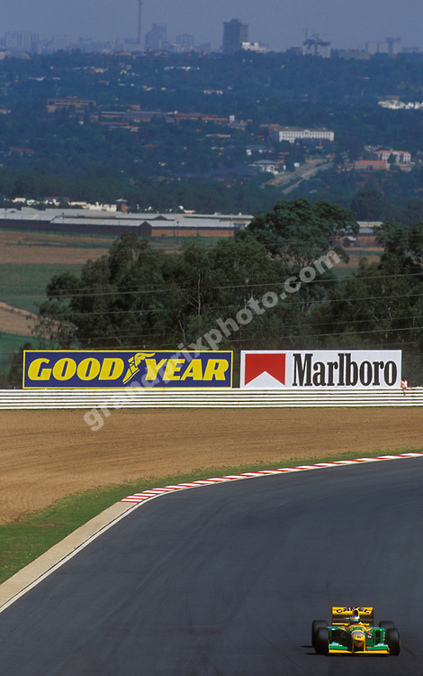 Michael Schumacher (Benetton-Ford) in the 1993 South African Grand Prix in Kyalami. In the background is the Johannesburg skyline. Photo: Grand Prix Photo