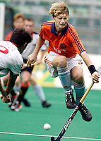 WK Hockey (mannen). Nederland-Spanje 1-1. Marten Eikelboom ontwijkt een schot van de Spanjaard Ramon Sala.