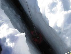 28.04.2012, Praegraten am Grossvenediger, AUT,  Sturz in Gletscherspalte im Venedigergebiet, Auf einem Gletscher im Gebiet des Großvenedigers ist ein Slowake Samstagmittag 40 Meter tief in eine Spalte gestürzt, im Bild Bergretter am Unfallort. .+++ WIR WEISEN AUSDRÜCKLICH DARAUF HIN, DASS EINE VERWENDUNG DES BILDES AUS MEDIEN- UND/ODER URHEBERRECHTLICHEN GRÜNDEN AUSSCHLIESSLICH IM ZUSAMMENHANG MIT DEM ANGEFÜHRTEN ZWECK ERFOLGEN DARF - VOLLSTÄNDIGE COPYRIGHTNENNUNG VERPFLICHTEND +++PUBLICATION IS INTENDED FOR THE PURPOSE OF CRIMINAL JUSTICE - MANDATORY CREDIT +++ EXPA Pictures © 2012, PhotoCredit: EXPA/ Bergrettung Praegraten