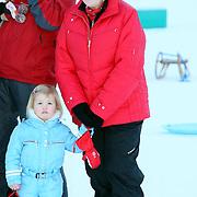 AUT/Lech/20080210 - Fotosessie Nederlandse Koninklijke familie in lech Oostenrijk, Koninging Beatrix en prinses Alexia