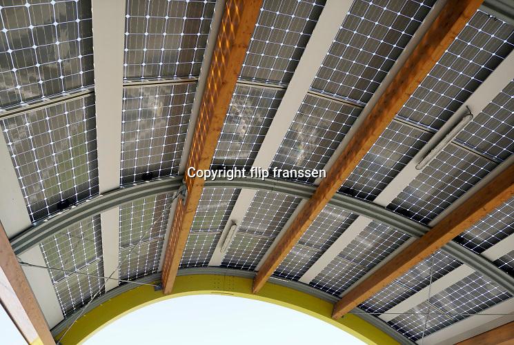 Nederland, A12 bij Veenendaal ,12-5-2019 Laadstation van Fastnedvoor elektrische autos bij een bestaand tankstation voor fossiele brandstoffen .  Het is een snellaadstation en de laadstroom komt van windenergie en zonne-energie, windmolens en zonnepanelen . Op de foto het dak van het laadstation wat bedekt is met zonnepanelen . Foto: Flip Franssen