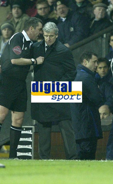 Photo: Aidan Ellis.<br /> Blackburn v Manchester United. Barclays Premiership. 01/02/2006.<br /> referee Phil Dowd talks to Mark Hughes