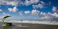 VLIELAND -  Kitesurfer bij het Noordzeestrand van Vlieland ANP COPYRIGHT KOEN SUYK