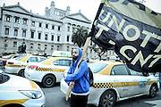 20160907/ Javier Calvelo - adhocFOTOS/ URUGUAY/ MONTEVIDEO/ Paro de taxis y concentración en el Palacio Legislativo en rechazo a Uber. El sindicato de trabajadores del taxi (Suatt) realizó un paro en rechazo al funcionamiento de la aplicación de transporte Uber y luego instalaron una carpa.<br /> En la foto:   Trabajadores del taxi Suatt durante la manifestación en la inmediaciones del Palacio Legislativo. Foto: Javier Calvelo/ adhocFOTOS