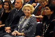 """Opening van de  tentoonstelling 'Petra. Wonder in de woestijn' in het Rijksmuseum van Oudheden in Leiden.<br /> <br /> Opening of the exhibition """"Petra. Miracle in the desert """"in the Museum of Antiquities in Leiden.<br /> <br /> Op de foto / On the photo :  Prinses Beatrix / Princes Beatrix"""