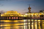 Avonopname van de pier in Scheveningen in Den Haag - The pier in Scheveningen at night, The Hague, Netherlands