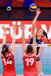 12.06.2018, Porsche Arena, Stuttgart<br /> Volleyball, Volleyball Nations League, Türkei / Tuerkei vs. Niederlande<br /> <br /> Block / Doppelblock Eda Erdem Dündar / Duendar (#14 TUR), Ceren Kestirengoz (#19 TUR) - Angriff Lonneke Sloetjes (#10 NED)<br /> <br /> Foto: Conny Kurth / www.kurth-media.de