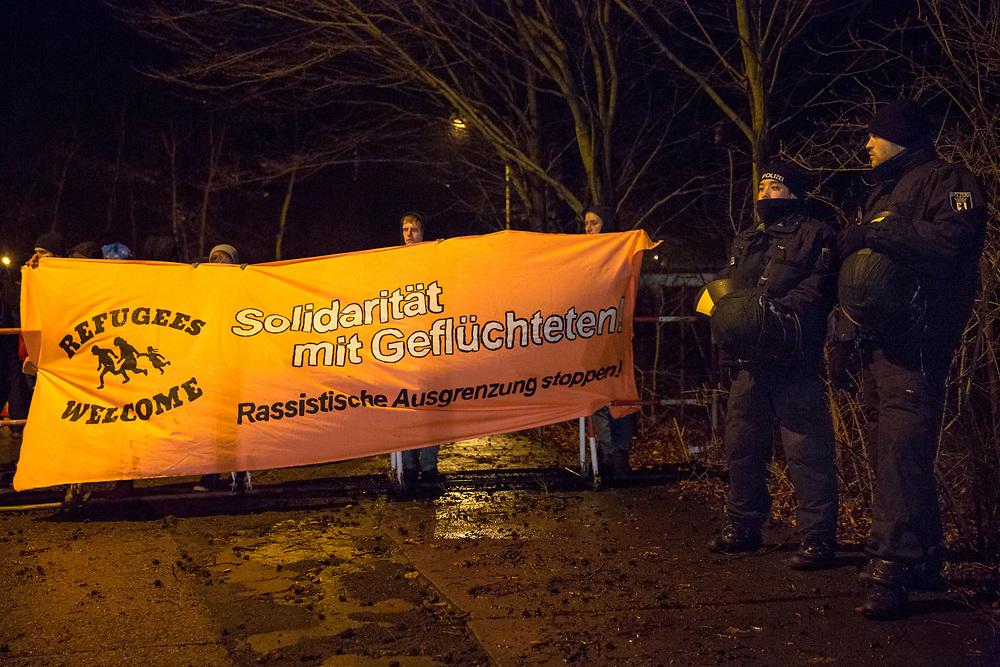 Begleitet von Gegenprotesten demonstrieren ca. 100 Personen gegen  ein Notaufnahmelager für Flüchtlinge im Berliner Stadteil Köpenick. Ca. 200 Menschen protestieren gegen den Aufmarsch der Rechtsextremen und Anwohner. Gegendemonstranten mit einem Transparent: Solidarität mit Geflüchteten. <br /> <br /> [© Christian Mang - Veroeffentlichung nur gg. Honorar (zzgl. MwSt.), Urhebervermerk und Beleg. Nur für redaktionelle Nutzung - Publication only with licence fee payment, copyright notice and voucher copy. For editorial use only - No model release. No property release. Kontakt: mail@christianmang.com.]
