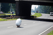 In Delft test het Human Power Team de VeloX 6, de nieuwe aerodynamische fiets, op de speciaal voor hun afgezette weg. Jan Bos rijdt uiteindelijk 59 km/h. In september wil het Human Power Team Delft en Amsterdam, dat bestaat uit studenten van de TU Delft en de VU Amsterdam, tijdens de World Human Powered Speed Challenge in Nevada een poging doen het wereldrecord snelfietsen te verbreken. Het record is met 139,45 km/h sinds 2015 in handen van de Canadees Todd Reichert.<br /> <br /> With the special recumbent bike the Human Power Team Delft and Amsterdam, consisting of students of the TU Delft and the VU Amsterdam, also wants to set a new world record cycling in September at the World Human Powered Speed Challenge in Nevada. The current speed record is 139,45 km/h, set in 2015 by Todd Reichert.