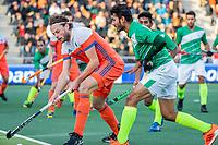 AMSTELVEEN - Bob de Voogd (Ned) met Mubashar Ali (Pak)    tijdens  de tweede  Olympische kwalificatiewedstrijd hockey mannen ,  Nederland-Pakistan (6-1). Oranje plaatst zich voor de Olympische Spelen 2020..   COPYRIGHT KOEN SUYK