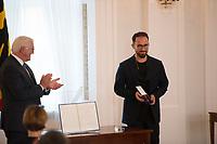 DEU, Deutschland, Germany, Berlin, 01.10.2020: Verleihung des Verdienstordens der Bundesrepublik Deutschland (Bundesverdienstkreuz) durch Bundespräsident Frank-Walter Steinmeier an Prof. Igor Levit im Schloss Bellevue.