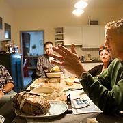 """Nederland Horst 30 september 2008 20080930 Foto: David Rozing ..Serie vernattingscampagne """" Nieuw Limburgs Peil """" de Peel ..Waterschapper Frans van Munnickhof in gesprek met boer Toon Jenniskens over campagne en deelname aan het project. .Vernattingscampagne """" Nieuw Limburgs Peil """" in omgeving de Peel, uitgevoerd door o.a. de  plaatselijke boeren in samenwerking met het waterschap Peel en Maasvallei. Het doel is een hoger peil van het grondwater dmv het vasthouden van hemelwater. Dit  wordt verwezenlijkt door de aanleg van stuwen in de watergangen bij bv akkers. Door de stuwen in de sloten/ watergangen dicht te zetten wordt het grondwaterpeil hoger in het gebied. Voordelen hiervan zijn: verdroging van de natuur wordt tegen gegaan, voor de boeren kan het drie beregeningen per jaar besparen. Boerenpeil: 400 van de inmiddels 1250 stuwen worden beheerd door de boeren. Natuurgebieden als De Grote Peel en Maria peel hebben veel te lijden gehad onder eerder .waterbeheer:  Het waterschap heeft in het verleden veel akkerslootjes, beken en kanaaltjes aangelegd om ervoor te zorgen dat het water rond dit natuurgebied snel kon wegvloeien, zodat de oogsten.niet zouden verrotten en de akkers goed bewerkbaar waren, maar waardoor nu het waterpeil erg snel zakt..Medewerkers van het waterschap bezoeken de boeren thuis en voeren keukentafelgesprekken met hen om ze te betrekken bij het project. .De Peel is een grotendeels verdwenen hoogveengebied op de grens van de Nederlandse provincies Noord-Brabant en Limburg. ..Foto David Rozing"""