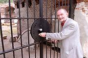 Opening Forten en Stellingenmaand in Fort Uitermeer in Weesp. Opening of the month of the dutch fortress in fortress Uitermeer in Weesp.<br /> <br /> Op de foto - On the photo; De deur van fort uitermeer wordt geopend