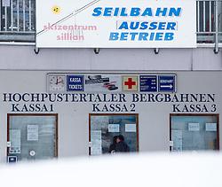 01.02.2014, Sillian, Osttirol, AUT, Schneefälle in Oberkärnten und Osttirol, im Bild das Skizentrum Sillian musste seinen Betrieb einstellen.  Bis tief in die Nacht waren Einsatzkräfte damit beschäftigt die Strassen und Gehwege von den Schneeemassen zu räumen. Viele Strassen in die Seitentäler des osttiroler Isel- und Pustertalen sind aufgrund der grossen Lawinengefahr gesperrt. Die grossen Neuschneemengen in Osttirol forderten bereits zwei Todesopfer. EXPA Pictures © 2014, PhotoCredit: EXPA/ JFK