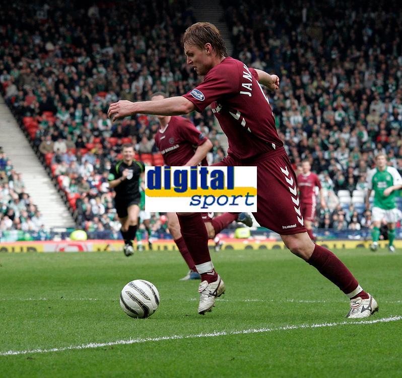 Edgaras Jankauskas took advantage of a Hibs defensive error to score the third goal for Hearts. Photo: Tom Ross.<br />Hibernian v Hearts. Tennants Scottish Cup, Semi-Final. 02/04/2006.