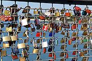 Liebesschlösser am Moleturm, Friedrichshafen, Bodensee, Baden-Württemberg, Deutschland