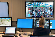 Nederland, Nijmegen, 18-7-2016Controlekamer voor de beveiligingscameras van de politie tijdens de vierdaagse , vierdaagsefeesten, om het publiek te observeren en indien nodig te sturen. Van hieruit kunnen de mededelingenborden in de binnenstad aangestuurd worden, de surveillanten, de matrixborden van de toegangswegen rond Nijmegen. Zo kan men de drukte en de mensenmassa sturen van het ene drukke punt naar een wat rustiger punt. Crowd Control . Sommige agenten krijgen tijdens de Vierdaagse een camera op de schouder die live beelden doorzendt naar het politiebureau in de Stieltjesstraat in Nijmegen . Foto: Flip Franssen