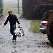 NLD/Nigtevecht/20100222 - Erland Galjaard, partner Wendy van Dijk komt met boodschappen thuis