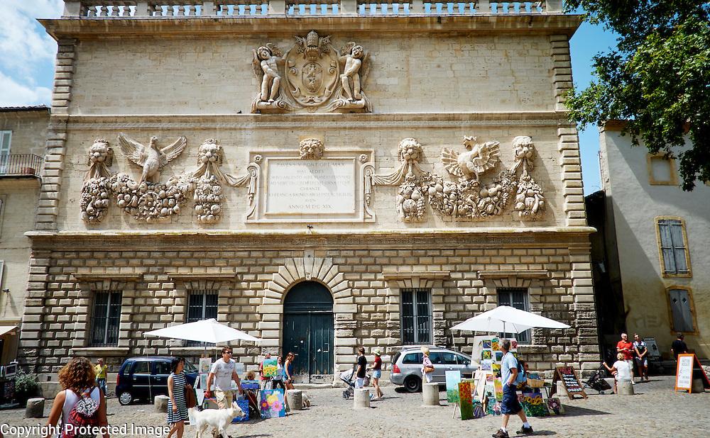 Op het plein tegenover het Pausenpaleis in Avignon, Frankrijk -On the plaza at the opposite Palais des Papes (Papal Palais) in Avignon, France