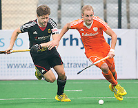 NEW DELHI - Duel tussen Billy Bakker en de Duitser Martin Haner (l)   tijdens de kwart finale van  de finaleronde van de Hockey World League tussen de mannen van Nederland en Duitsland . ANP KOEN SUYK