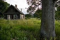 Wies Moscicha, woj podlaskie, 03.07.2019. N/z opuszczony drewniany dom fot Michal Kosc / AGENCJA WSCHOD