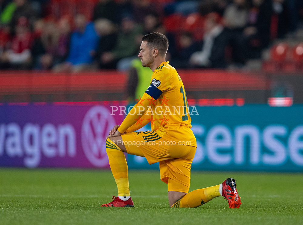 PRAGUE, CZECH REPUBLIC - Friday, October 8, 2021: Wales' captain Aaron Ramsey kneels down (takes a knee) in support of the Black Lives Matter movement before the FIFA World Cup Qatar 2022 Qualifying Group E match between Czech Republic and Wales at the Sinobo Stadium. The game ended in a 2-2 draw. (Pic by David Rawcliffe/Propaganda)