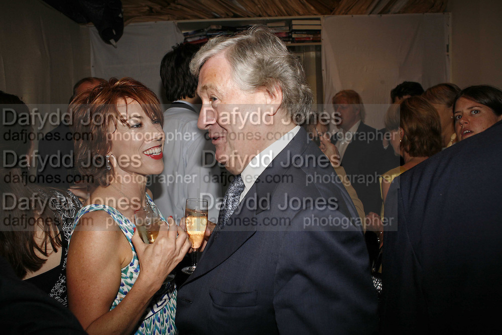 KATHY LETTE AND GEOFFREY ROBINSON, The Spectator At Home. Doughty St. 6 July 2006. ONE TIME USE ONLY - DO NOT ARCHIVE  © Copyright Photograph by Dafydd Jones 66 Stockwell Park Rd. London SW9 0DA Tel 020 7733 0108 www.dafjones.com