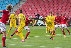 Illia Zabarnyi (Ukraine) header væk foran Victor Nelsson (Danmark) under U21 EM2021 Kvalifikationskampen mellem Danmark og Ukraine den 4. september 2020 på Aalborg Stadion (Foto: Claus Birch).