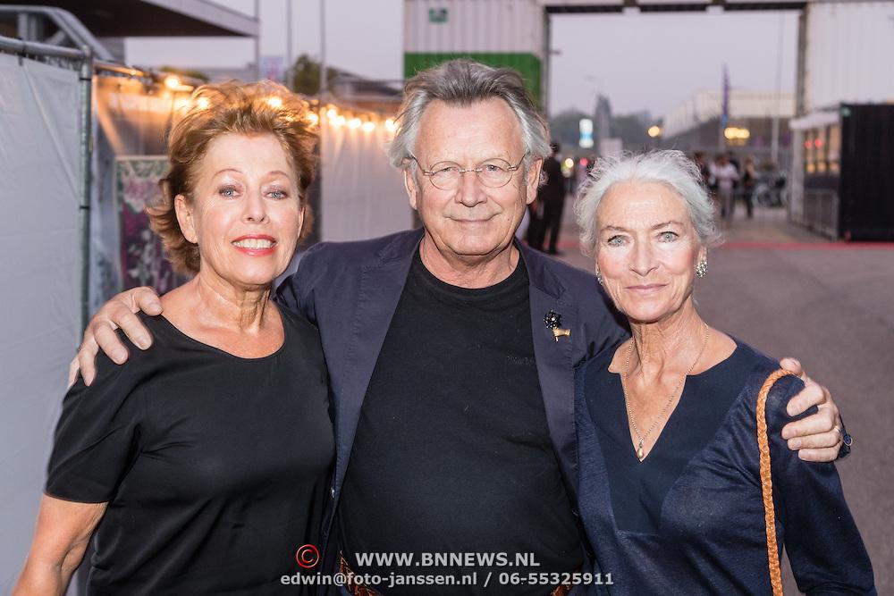 NLD/Rotterdam/20160915 - première Scapino Ballet jubileumvoorstelling TING!, Han Ebbelaar en partner Alexandra Radius met vriendin
