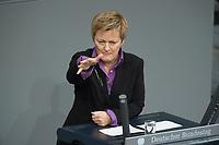 22 FEB 2013, BERLIN/GERMANY:<br /> Renate Kuenast, B90/Gruene Fraktionsvorsitzende, haelt eien Rede, Bundestagsdebatte zum Verbraucherschutz, Plenum, Deutscher Bundestag<br /> IMAGE: 20130222-01-013<br /> KEYWORDS: Renate Künast