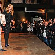 NLD/Amsterdam/20101110 - Presentatie Linda het Boek, Bram Moszkowicz en partner Eva Jinek samen met Linda de  Mol poseren voor de fotografen