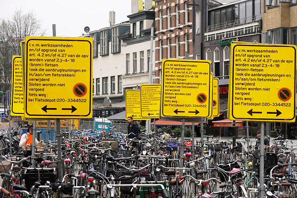 Nederland, Amsterdam, 9-4-2018Fietsenstalling bij het Leidseplein, kleine-gartmanplantsoen. De gemeente heeft Vanwege werkzaamheden aan het plein overdreven veel borden, waarschuwingsborden geplkaatst om aan te geven dat de fietsen weggehaald worden als ze niet op dit terrein staan . De bedoeling is om overlast van geparkeerde fietsen tegen te gaan. Foto: Flip Franssen