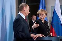 16 JAN 2009, BERLIN/GERMANY:<br /> Wladimir Putin (L), Ministerpraesident Russland, und Angela Merkel (R), Bundeskanzlerin, Pressekonferenz, Bundeskanzleramt<br /> IMAGE: 20090116-01-047<br /> KEYWORDS: Vladimir Putin