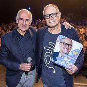 NLD/Amsterdam/20161120 - NPO Radio Ouvre Award 2016, Rob de Nijs met zijn Ouvre NPO Radio Award 2016 uitgereikit door Frits Spits