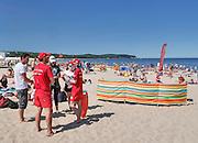 Sopot, 16.07.2015. Korzystając z upalnej pogody tłumy wczasowiczów wypoczywają na sopockich plażach.