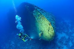 Schiffswrack der Salem Express und Taucher, Rotes Meer, Safaga, Ägypten, Shipwreck Salem Express and Scuba Diver, Safaga, Red Sea, Egypt