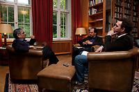31 MAY 2010, BERLIN/GERMANY:<br /> Jagdish Natwarlal Bhagwati, indischer Oekonom und Professor fuer Politik und Wirtschaft an der Columbia University, Thomas Fricke und Martin Kaelble, G+J Wirtschaftsmedien, (v.L.n.R.), waehrend einem Interview, Bibiothek der American Academy<br /> IMAGE: 20100531-02-075<br /> KEYWORDS: Jagdish Bhagwati, Ökonom