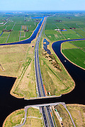 Nederland, Friesland, Waldwei, 01-05-2013; Aquaduct Langdeel. Het aquaduct ligt ten zuiden van Leeuwarden bij de wijk Zuiderburen en maakt deel uit van de Waldwei (N31). Het kanaal Langdeel is onderdeel van de staande mastroute.<br /> Aqueduct Langdeel near Leeuwarden, North Netherlands, next to the newly constructed residential area Zuiderburen (Southern neighbours). It crosses the motorway N31. <br /> luchtfoto (toeslag op standard tarieven);<br /> aerial photo (additional fee required);<br /> copyright foto/photo Siebe Swart