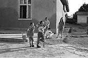 Paul Costachescu (à gauche) à 7 ans dans la cour de l'orphelinat de Popricani en 1995. Paul qui souffre de déficiences mentales a été abandonné à la naissance. <br /> <br /> Paul Costachescu (left) at 7 at Popricani's orphanage in 1995. Paul was abandoned at birth and suffers from mental disabilities.