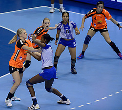 07-12-2013 HANDBAL: WERELD KAMPIOENSCHAP NEDERLAND - DOMINICAANSE REPUBLIEK: BELGRADO <br /> 21st Women s Handball World Championship Belgrade, Nederland wint met 44-21 / (L-R) Nycke Groot, Lynn Knippenborg, Sharina van Dort<br /> ©2013-WWW.FOTOHOOGENDOORN.NL