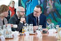 31 OCT 2018, BERLIN/GERMANY:<br /> Peter TAuber (L), CDU, Parl. Staatssekretaer im BMVg, und Jens Spahn (R), CDU, Bundesgesundheitsminister, im Gespräaech, vor Beginn der Kabinettsitzung, Bundeskanzleramt<br /> IMAGE: 20181031-01-021<br /> KEYWORDS: Kabinett, Sitzung, Gespräch