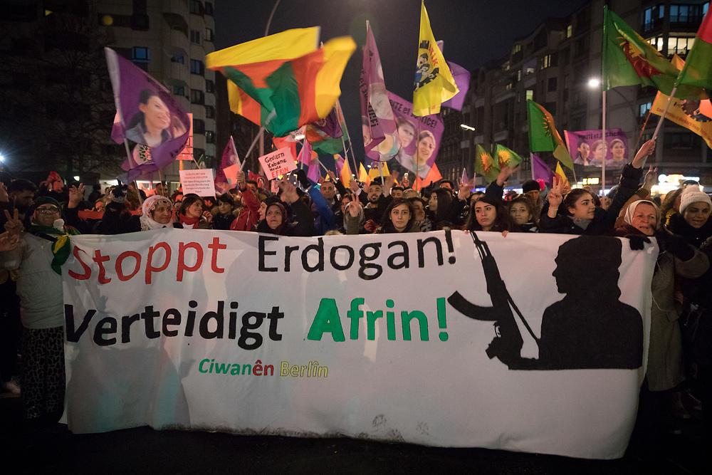 Über tausend Menschen demonstrieren in Berlin gegen die Angriffe des türkischen Militärs auf die syrische Stadt Afrin. Die Türkei geht militärisch gegen die kurdischen Militaereinheiten JPG und YPJ vor, welche mit Unterstütung der USA gegen die islamistischen Terroristen des sogenannten Islamischen Staat vorgehen. Demonstranten mit Banner: Stoppt Erdogan! Verteidigt Afrin!<br /> <br /> [© Christian Mang - Veroeffentlichung nur gg. Honorar (zzgl. MwSt.), Urhebervermerk und Beleg. Nur für redaktionelle Nutzung - Publication only with licence fee payment, copyright notice and voucher copy. For editorial use only - No model release. No property release. Kontakt: mail@christianmang.com.]