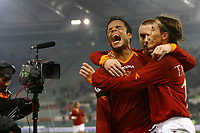 Fotball<br /> Italia Serie A<br /> 17.12.2006<br /> Roma v Palermo 4-0<br /> Foto: Inside/Digitalsport<br /> NORWAY ONLY<br /> <br /> Amantino Mancini celebrates in front of a tv camera with temmates Daniele De Rossi and Rofrigo Taddei after scoring first goal